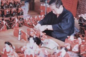 1951年</BR>戦後、二代目 輝彦は東京の人形職人の高橋氏に教えを乞い、独立。望月人形店を設立